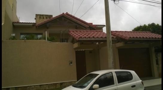 Casa en Alquiler Avenida Centenario 2 cuadras pasando 3er anillo hacia el 4º Foto 2