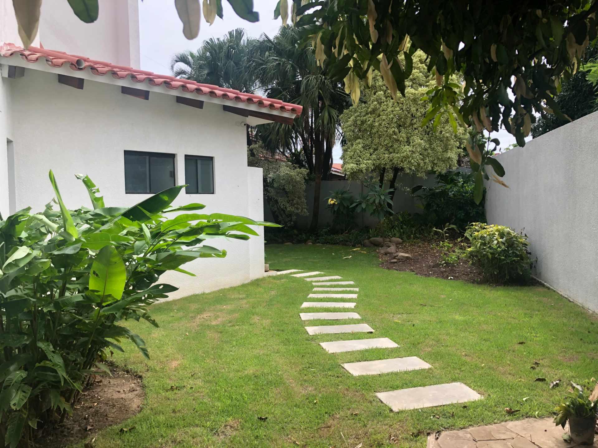 Casa en Alquiler Casa independiente ideal para vivienda + oficinas [Entre Av. Beni y Alemana, próximo a Los Cusis], Casa amplia en alquiler de 2 plantas y 5 dormitorios con dependencias [2.500$us.] Foto 17