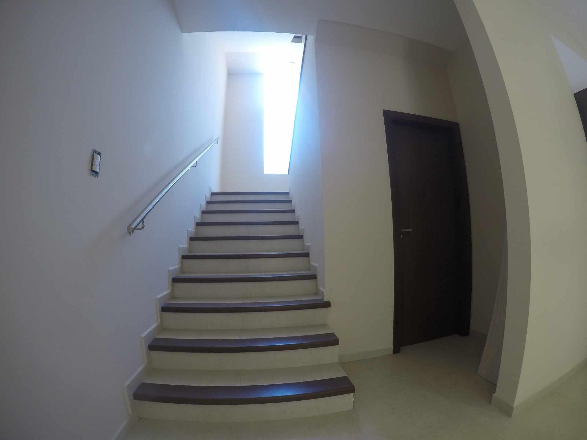 Casa en Alquiler Casa independiente en alquiler a estrenar, próximo a Parque Los Mangales II [Av. Beni y 4to. Anillo], De 3 plantas, 3 dormitorios (2 en suite), con dependencias. [1000$us.] Foto 2