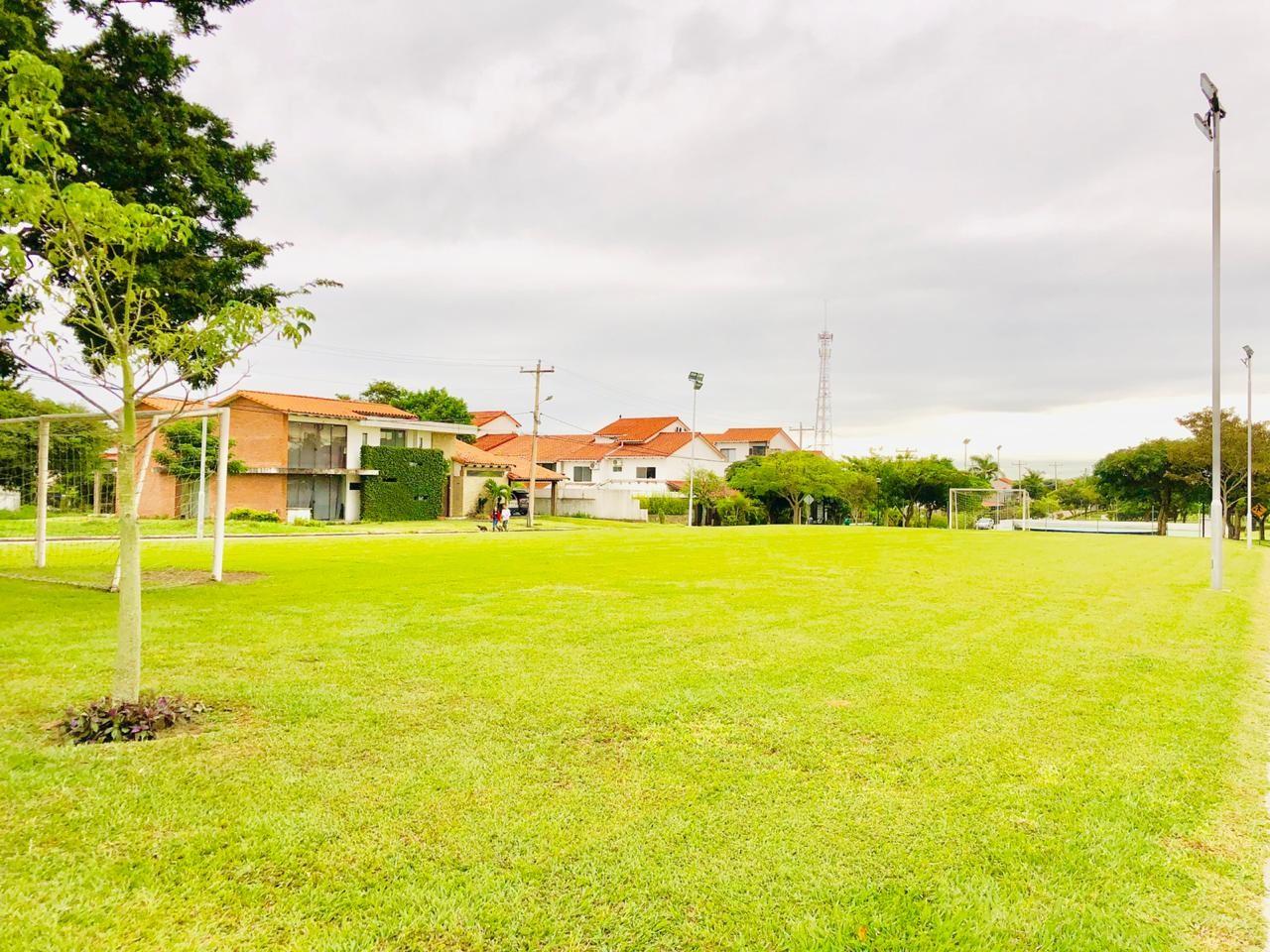 Casa en Alquiler Zona Urubo - Condominio Jardines del Urubo - lado de Restaurante Casa del Camba - a 1 minuto del Puente principal. Foto 8