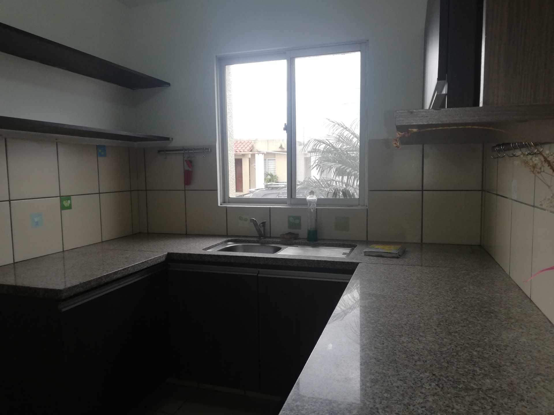 Casa en Venta Av Banzer Km. 10, Condominio Sevilla Terrazas II Foto 5