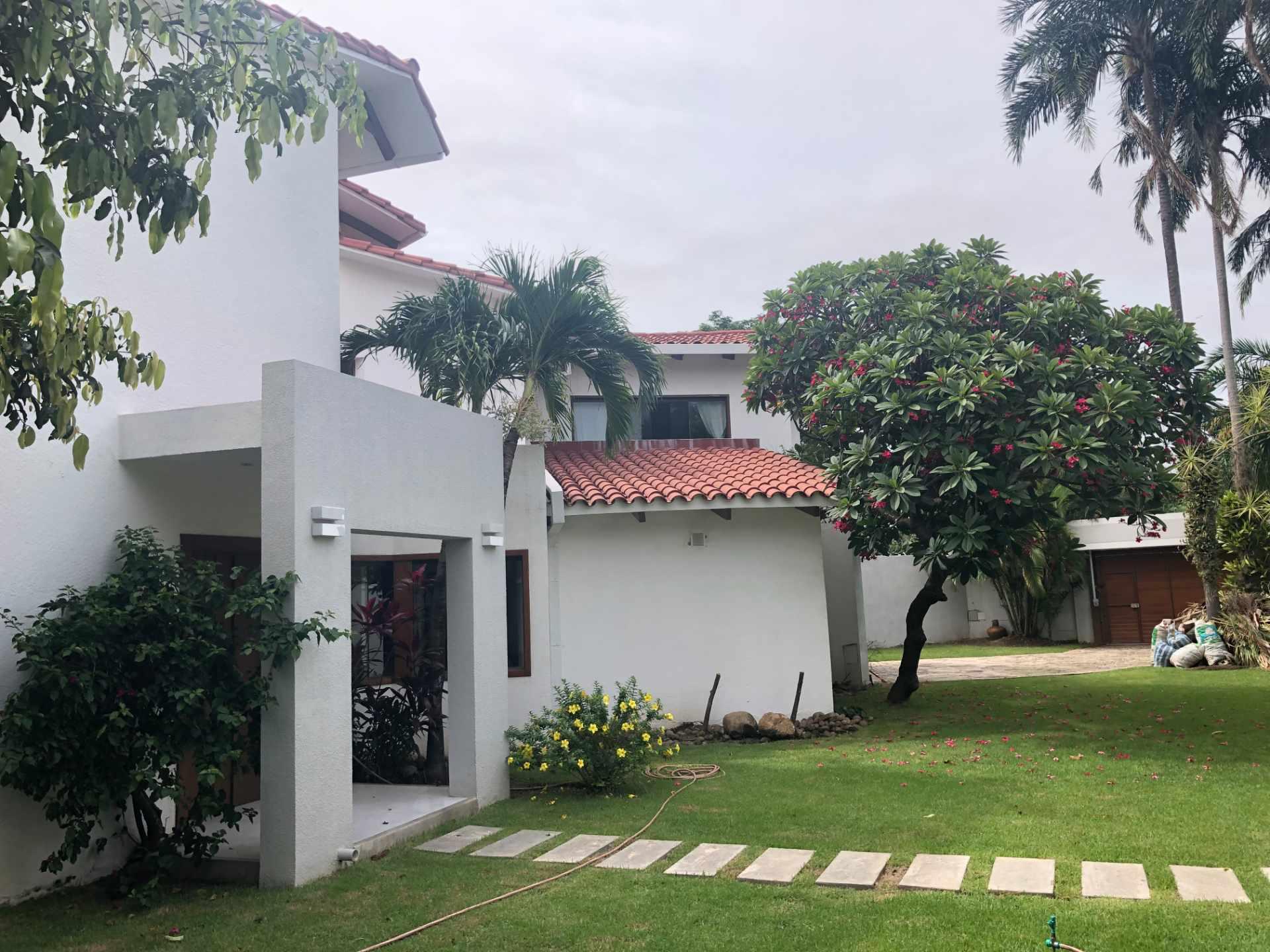 Casa en Alquiler Casa independiente ideal para vivienda + oficinas [Entre Av. Beni y Alemana, próximo a Los Cusis], Casa amplia en alquiler de 2 plantas y 5 dormitorios con dependencias [2.500$us.] Foto 15